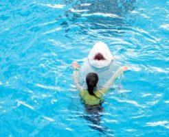 シロイルカ 泳ぐ